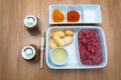 Сырцовыми семенить ингридиентами картошка и специи мяса Стоковое Фото