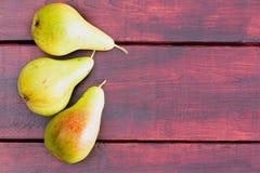 3 сырцовых зеленых груши на таблице Стоковое фото RF