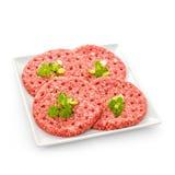 4 сырцовых куска гамбургера на белой плите Стоковые Фото