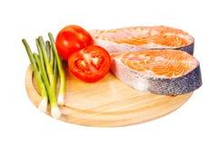 2 сырцовых salmon стейка с томатами, известкой и зеленым луком на th Стоковые Изображения