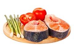 2 сырцовых salmon стейка с томатами, известкой и зеленым луком на th Стоковые Фотографии RF