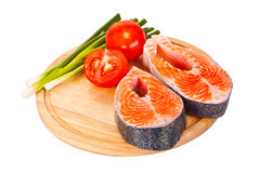 2 сырцовых salmon стейка с томатами, известкой и зеленым луком на th Стоковое фото RF