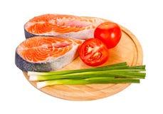 2 сырцовых salmon стейка с томатами, известкой и зеленым луком Стоковое фото RF