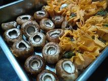 Сырые грибы и tartlets сыра закрывают вверх Стоковые Изображения
