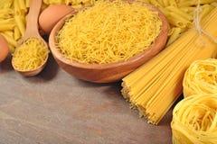 Сырые итальянские макаронные изделия и яичка Стоковые Фото