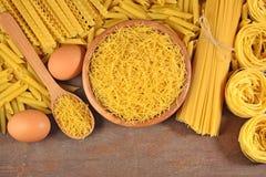 Сырые итальянские макаронные изделия и яичка Стоковые Фотографии RF
