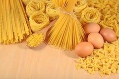 Сырые итальянские макаронные изделия и яичка Стоковое фото RF