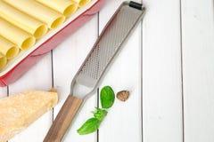 Сырые макаронные изделия cannelloni на разделочной доске и ингридиентах роскошь уклада жизни превосходной еды кухни carpaccio ита Стоковое фото RF