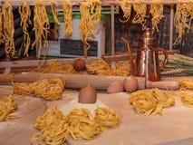 Сырые макаронные изделия Tagliatelle итальянские, яичка, мука и вращающая ось Стоковое Изображение