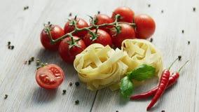 Сырые пуки макаронных изделий с томатами акции видеоматериалы