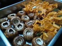 Сырые tartlets сыра грибов и коз в серебряном подносе Стоковая Фотография