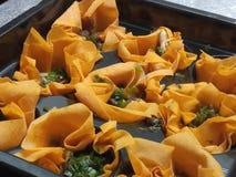 Сырые tartlets сыра и сладостные луки в серебряном подносе Стоковые Изображения RF