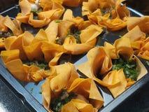 Сырые tartlets сыра и сладостные caramelised луки Стоковые Фото