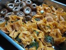 Сырые tartlets сыра коз с сырыми грибами Стоковое Фото