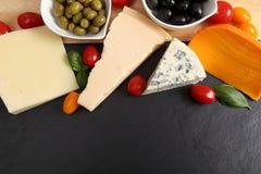 Сыры и оливки стоковые фотографии rf