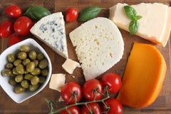 Сыры и оливки стоковое фото