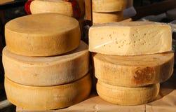 Сыры и постаретые сыры на продаже в продовольственном рынке Стоковые Фотографии RF