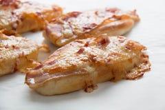 Сыр бекона и моццареллы на хлебе Стоковые Изображения