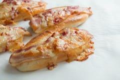 Сыр бекона и моццареллы на хлебе Стоковое Изображение