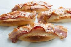 Сыр бекона и моццареллы на хлебе Стоковое фото RF
