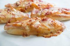 Сыр бекона и моццареллы на хлебе Стоковое Фото