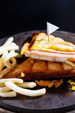 Сыр ветчины Sandwish с frenchfries на деревянной плите и черном bac Стоковая Фотография RF