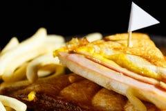 Сыр ветчины Sandwish с frenchfries на деревянной плите и черном bac Стоковое Изображение RF