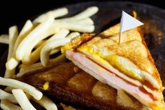 Сыр ветчины Sandwish с frenchfries на деревянной плите и черноте Стоковое Фото