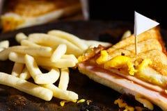 Сыр ветчины Sandwish с frenchfries на деревянной плите Стоковая Фотография RF