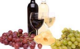 Сыр, виноградина, бутылки и стекла вина Стоковые Изображения
