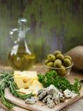 Сыр 2 видов и зеленых оливок Стоковое Фото