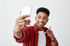 сыр говорит Закройте вверх молодого красивого темнокожего человека с афро стилем причёсок в вскользь белой футболке и красной руб Стоковые Изображения