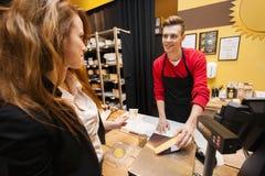 Сыр женского клиента покупая на магазине Стоковое фото RF