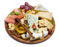Сыр и ветчина камамбера с медом, смоквами, грецкими орехами на деревянной доске Стоковое Фото