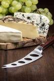 Сыр и виноградины вертикально Стоковое Фото