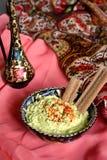 Сыр и зеленые цвета Foie с тимоном и паприкой в турецкой чашке Стоковое Фото