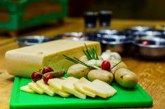 Сыр и ингридиенты для подготавливать еду на деревянном столе Стоковое Изображение