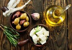 Сыр и оливки стоковые изображения rf