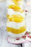 Сыр и персики коттеджа стоковое изображение rf