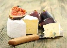 Сыр и свежие FIGS. Стоковые Изображения