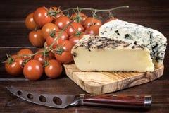 Сыр и томаты на деревянном столе Стоковое Изображение RF