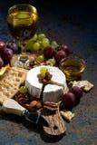 Сыр камамбера, закуски и стекло белого вина, вертикальное Стоковые Фотографии RF