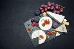 Сыр камамбера и отрезанный куску на каменной доске сервировки Стоковые Изображения RF