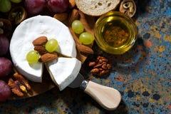 Сыр камамбера, свежие фрукты и мед, взгляд сверху стоковые изображения