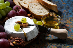 Сыр камамбера, свежие фрукты и мед стоковая фотография
