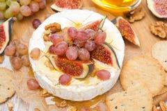 Сыр камамбера с виноградинами, смоквами, медом, шутихами и грецкими орехами Стоковые Фотографии RF