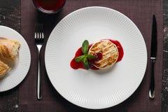 Сыр камамбера с соусом и мятой клюквы стоковое изображение