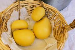 Сыр лежит в плетеной корзине Трудные овальные головы сыра Демонстрация и продажа сыра Полезный молочный продучт стоковое фото rf