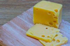 Сыр на деревянной таблице Стоковое фото RF