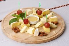 Сыр на доске Стоковые Фотографии RF